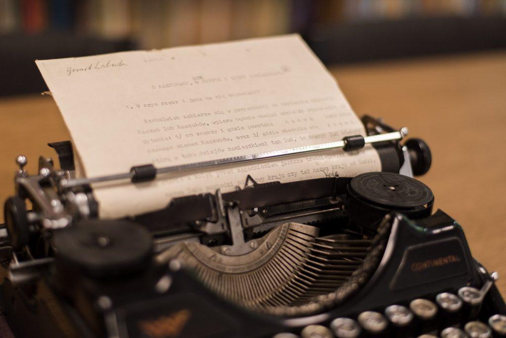 Maszynopis wkręcony w zabytkowej maszynie do pisania koloru czarnego
