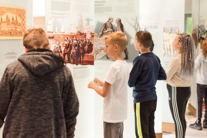 Dzieci oglądają wystawę historyczną