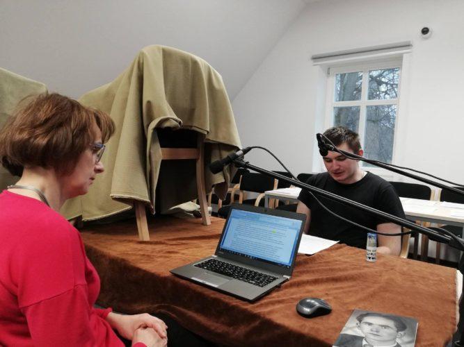 nagranie w książnicy kobieta ze studentem