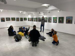 zwiedzanie wystawy przez dzieci